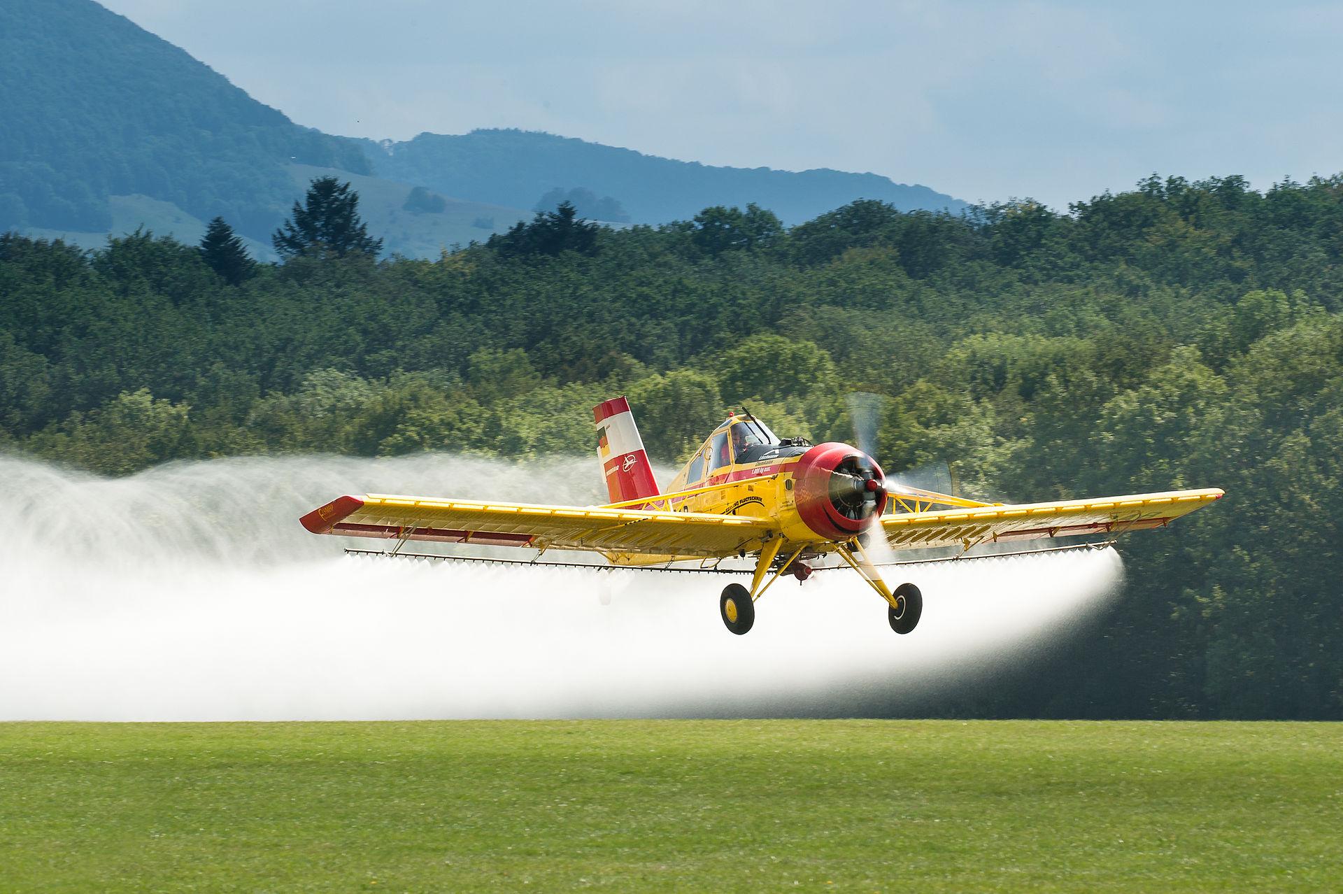 מטוס ריסוס בפעולה