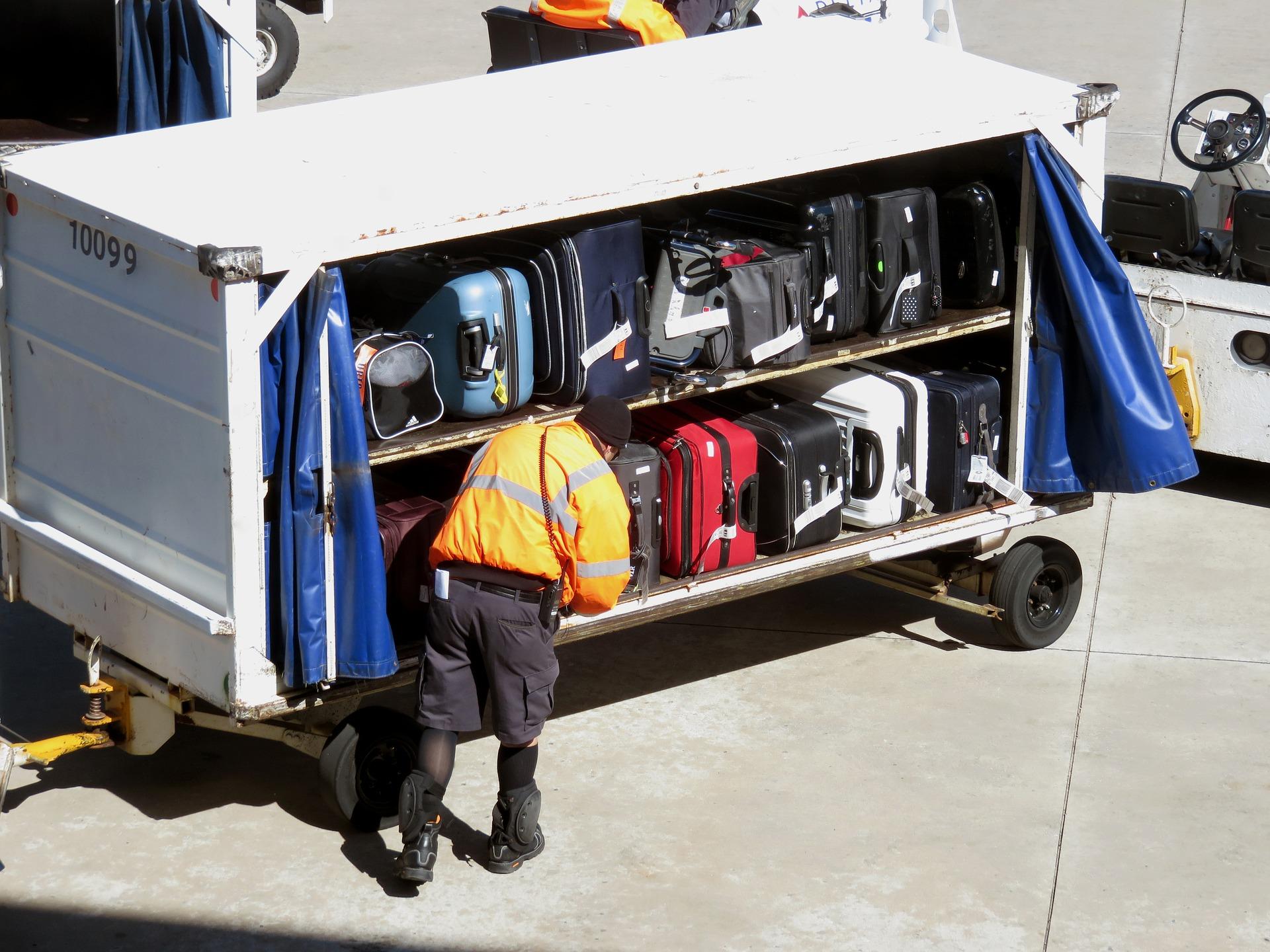 בדיקת מזוודות בשדה תעופה