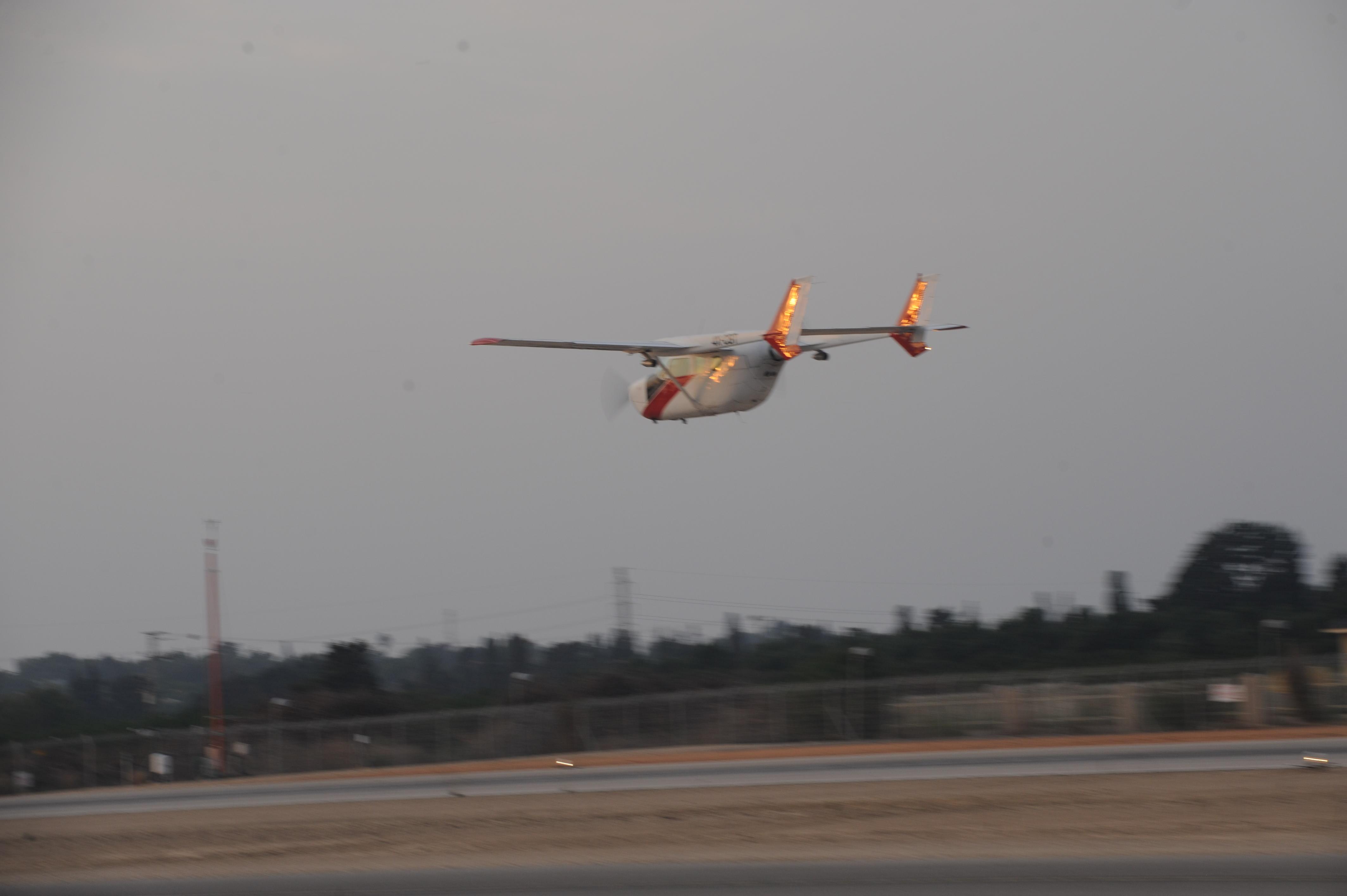 טיסת גשם מטוס דו מנועי