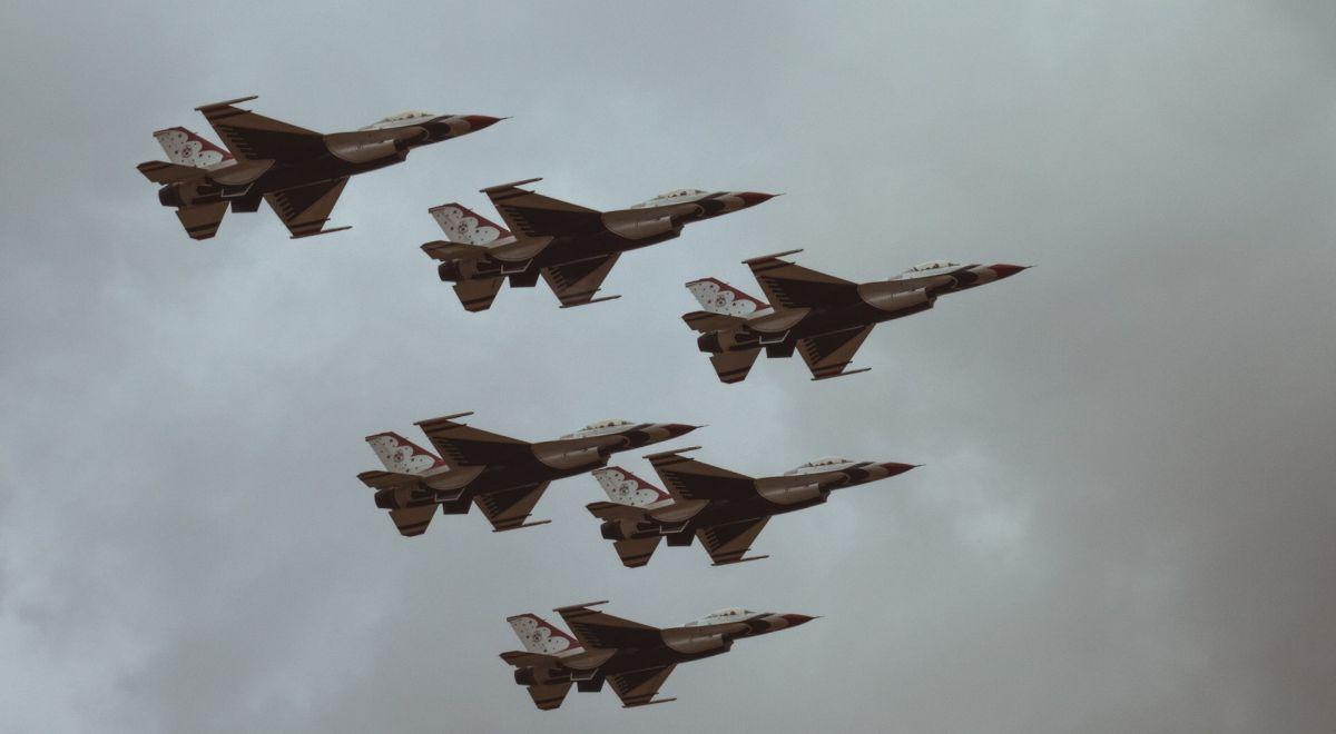 מטוסי קרב במבנה
